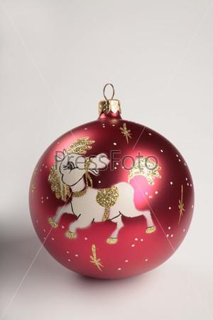 Красный шар с нарисованной лошадкой