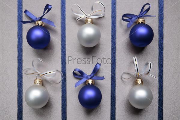 Синие и белые новогодние шары с бантиками