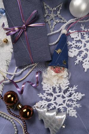 Дед мороз в колпаке, подарочная упаковка, новогодние шары и декоративные снежинки