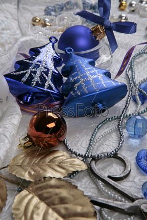 Елочные синие елки, синий шар с бантиком, оранжевый шар, бусы и золотые листья