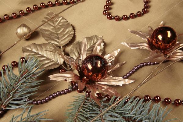 Красные новогодние шары, бусы, елочные ветки, золотые листья