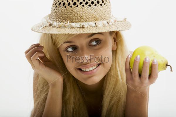 Блондинка в соломенной шляпе с грушей