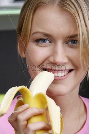 Крупный план блондинка с бананом
