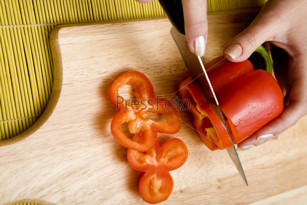 Свежий красный перец нарезанный колечками