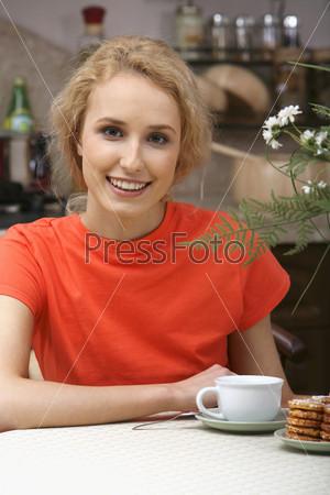 Девушка в красном и чашка с чаем