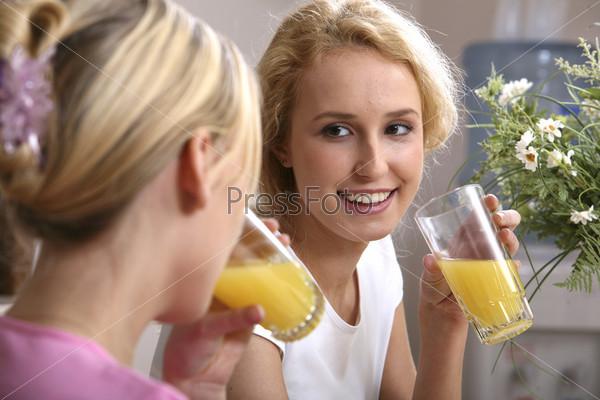 2 девушки пьют сок