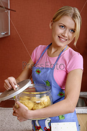Молодая женщина с макаронами