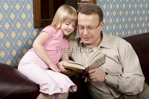 Папа и дочь читают