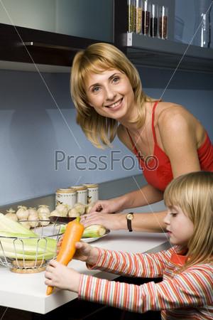Мама с дочкой на кухне