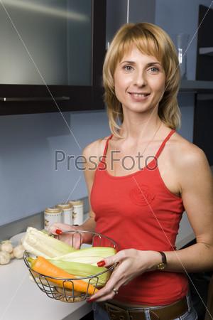 Женщина в красном на кухне
