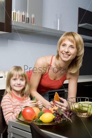 Дочь помогает маме на кухне