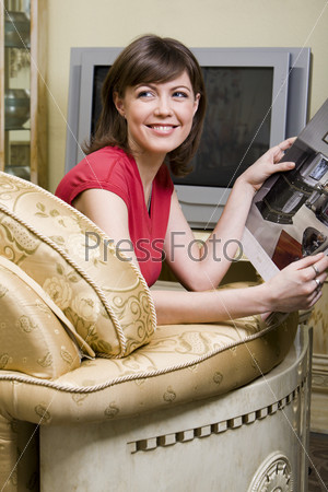 Молодая женщина дома на диване