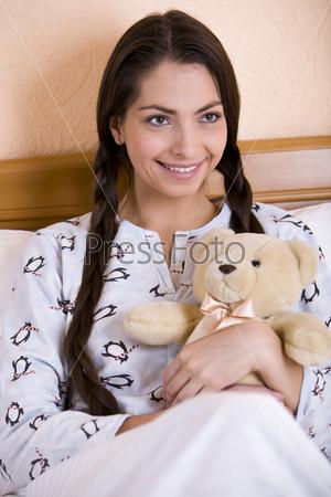 Молодая женщина с плюшевым мишкой