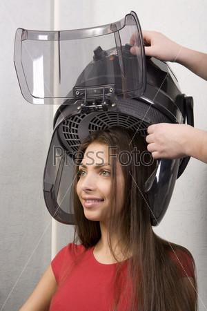Девушке сушат голову
