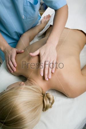 Блондинке делают массаж спины
