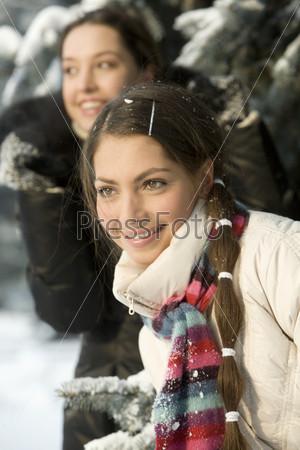 Девушки в зимнем лесу