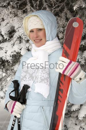 Девушка с лыжами
