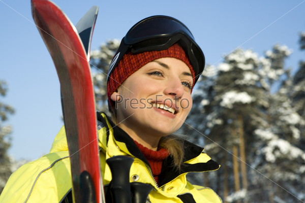 Девушка с горными лыжами