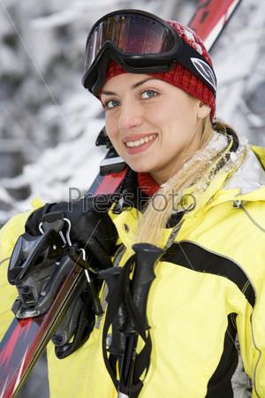 Блондинка с горными лыжами