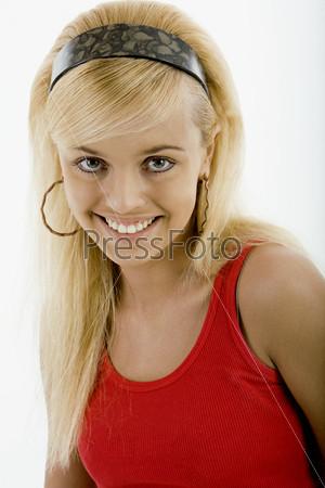 Портрет девушки со счастливой улыбкой и открытым взглядом