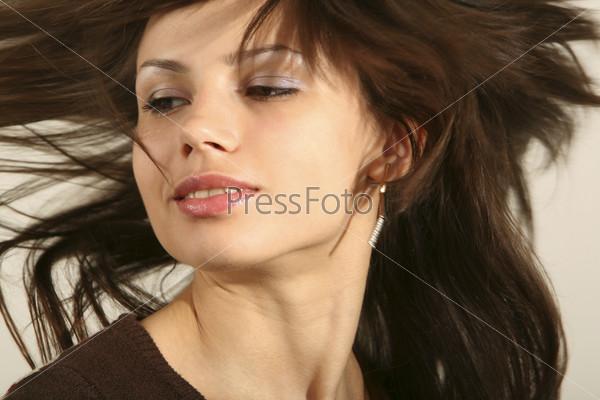 Девушка делает взмах волосами