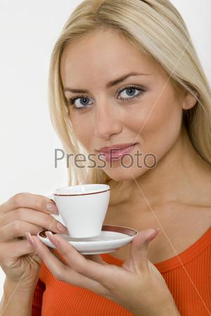 Портрет девушки с кофейной чашкой в руках