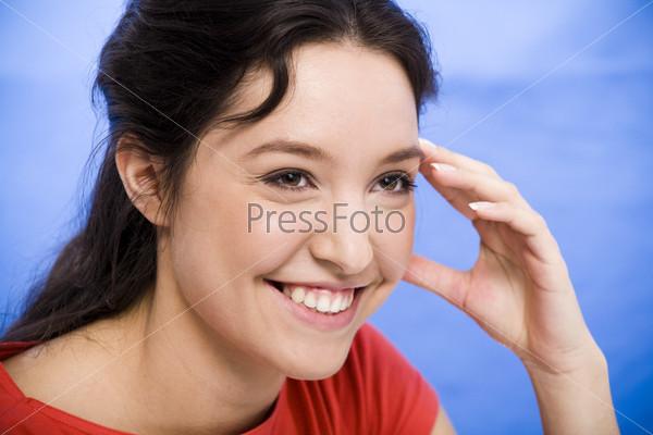 Портрет смеющейся темноволосой девушки