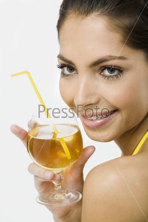 Портрет улыбающейся девушки с бокалом в руке