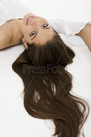 Портрет лежащей девушки с длинными волосами