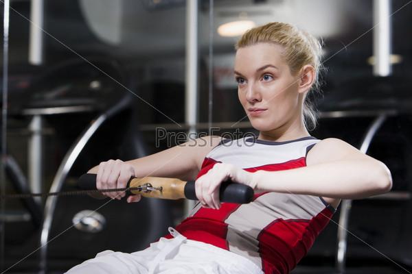 Девушка качает мышцы спины