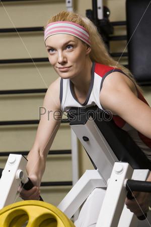 Девушка отжимается на тренажере