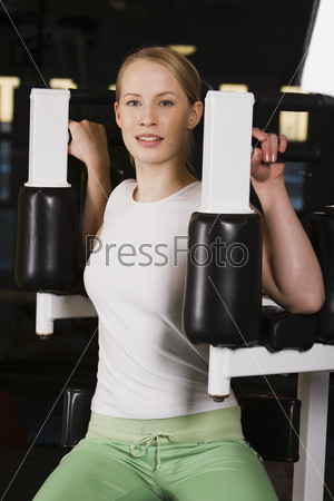 Девушка на тренажере