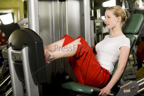Девушка занимается на тренажере