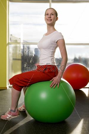 Девушка на шаре