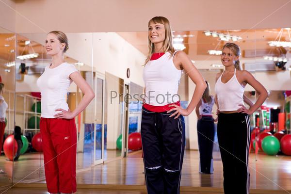 Три девушки на разминке