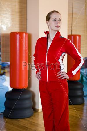 Молодая женщина в спортивном зале