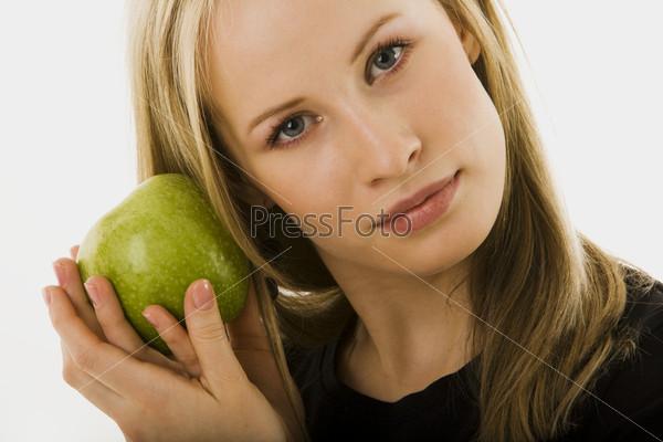 Девушка с зеленным яблоком
