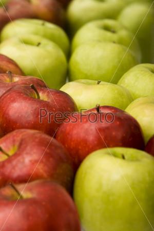 Много красных и зеленых яблок