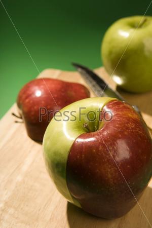 Яблоко из двух половинок красной и зеленой