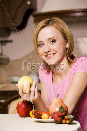 Девушка и россыпь фруктов
