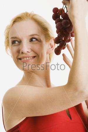 Блондинка с виноградом