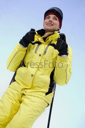 Девушка на горных лыжах на фоне неба