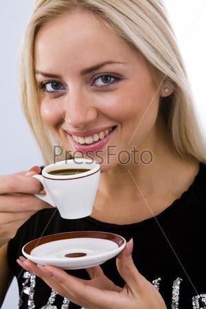 Симпатичная блондинка с чашкой кофе