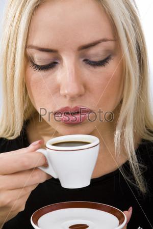 Блондинка с чашкой кофе