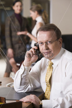 Фотография на тему Начальник решает вопросы по мобильному телефону