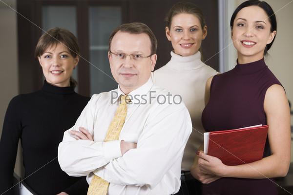 Успешная команда из четырех молодых сотрудников