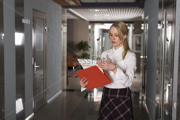 Бизнес леди просматривает документы