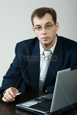 Бизнесмен проводит лекцию
