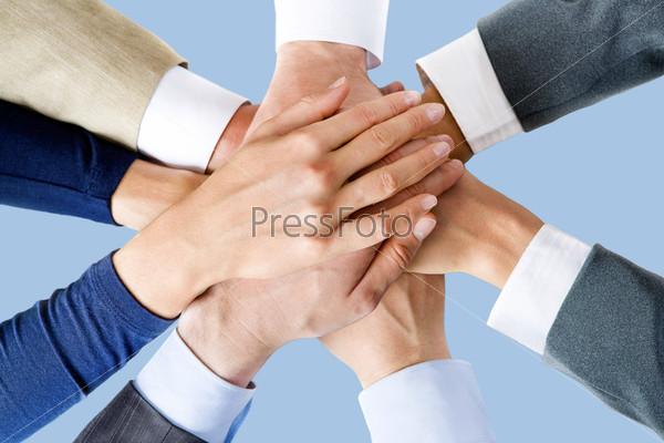 Изображение рук деловых людей