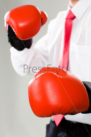 Фото бизнесмена в красных боксёрских перчатках